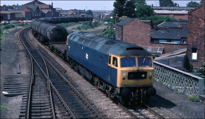Por que os trens ingleses/britânicos tem pinturas amarelas na frente da cabine ? Lincoln_class47_on_tanker_train_BR