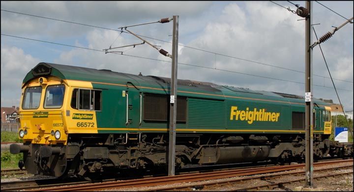 Freightliner 66572 in the goods loops next to Peterborough station